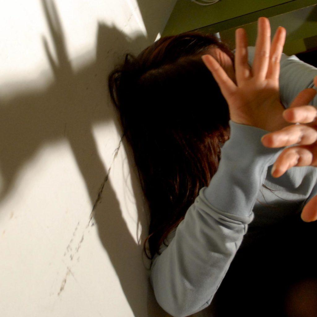 Enna, disabile psichica 17enne abusata dal convivente della madre