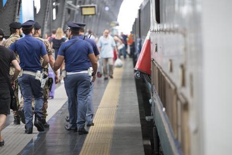 A 9 anni cerca padre e prende treno