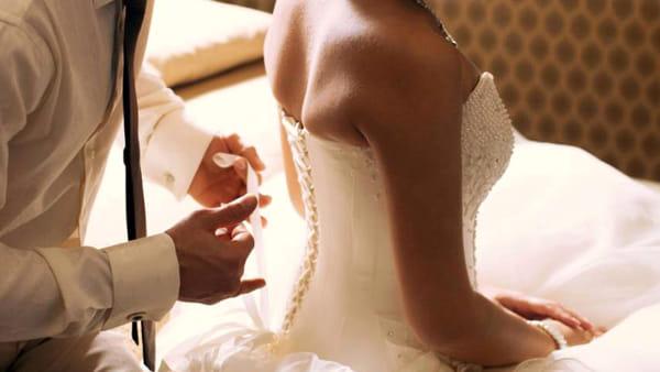 Vede per la prima volta la moglie struccata e chiede il divorzio