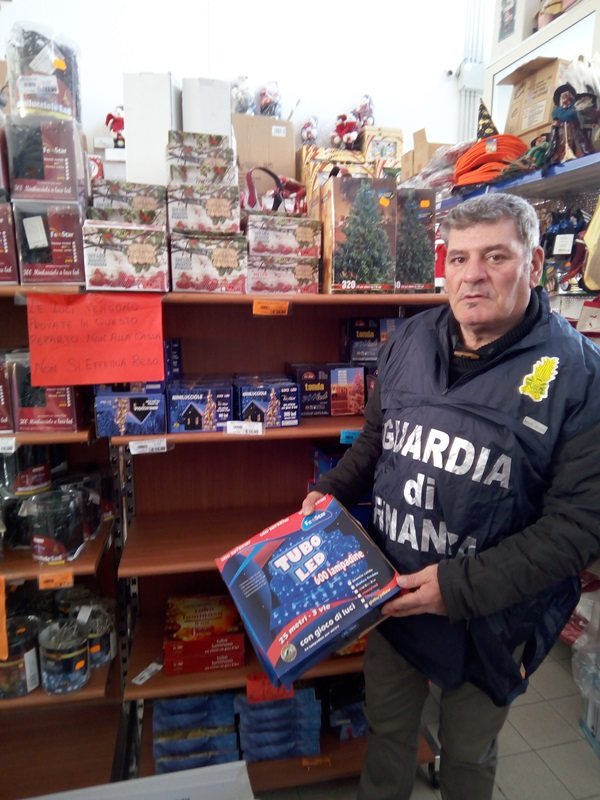 """Messina, operazione """"Feste sicure"""". Sequestrati oltre 250.000 articoli natalizi privi dei requisiti di conformità e sicurezza"""