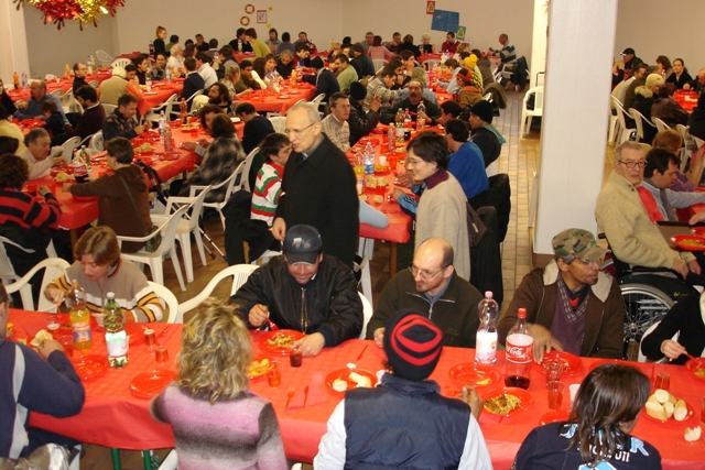 Solidarietà, un pranzo con poveri e senza tetto
