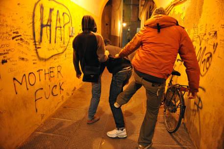 """Bulli minacciano compagno: """"Ora balla nudo in strada"""""""