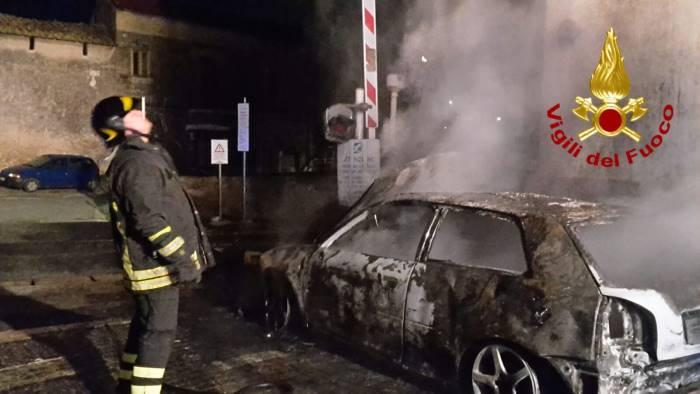 Palermo/ Collabora con i carabinieri, gli bruciano l'auto