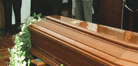 Bara pregiudicato al bar prima del funerale