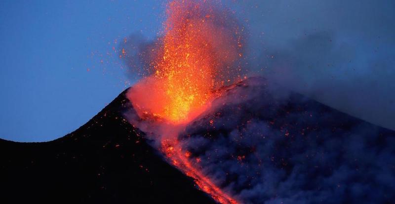 Etna nuovamente in eruzione: due colate e una colonna di cenere
