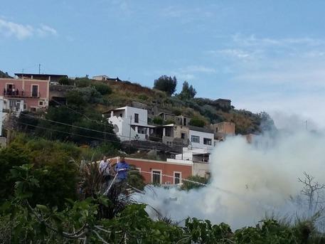 Incendi: fiamme in riserva a Salina