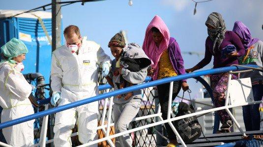 A rilento lo sbarco degli oltre 1200 migranti nel porto di Messina