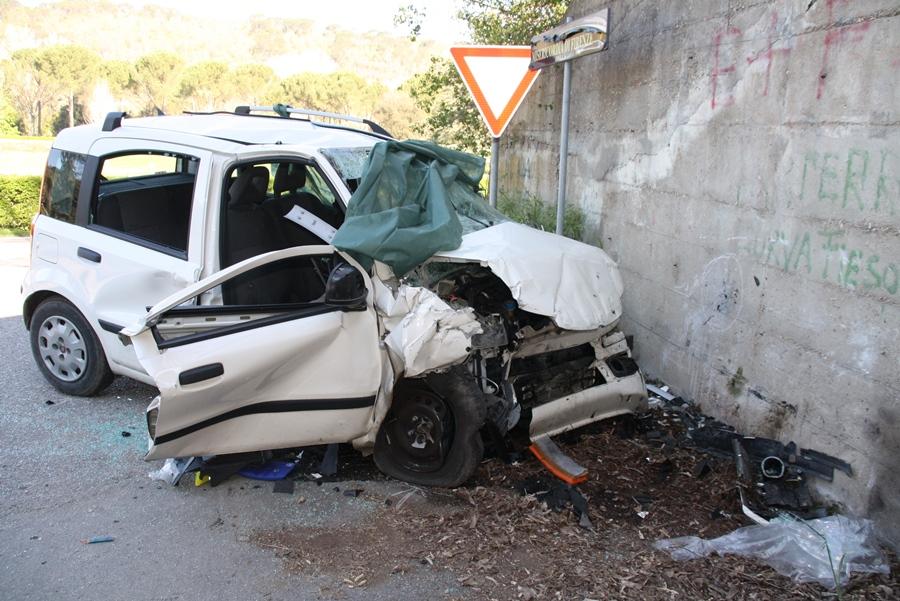 Incidente a Milazzo, auto contro muro, due feriti