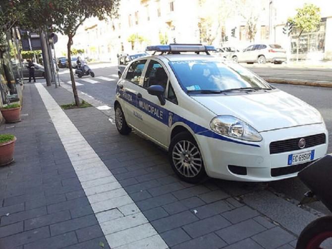 Tagliate le gomme di cinque auto della polizia municipale a Messina
