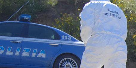 Donna seminuda trovata morta per strada