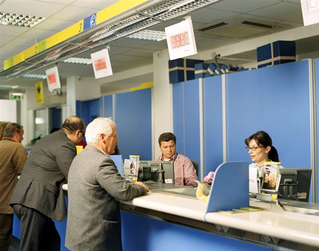 """Poste italiane consegna """"raccomandate, atti giudiziari e pacchi allo sportello"""": clienti arrabbiati, ore di attesa per il ritiro."""