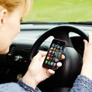 Cellulare alla guida, ritiro patente subito fino a 6 mesi