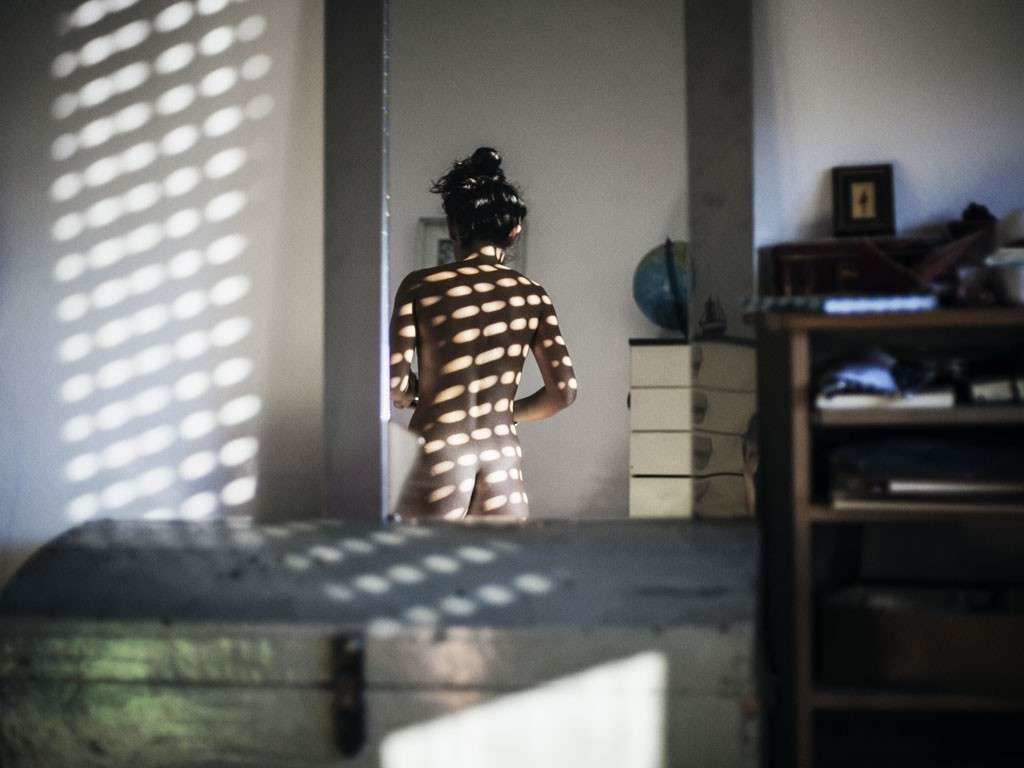 Fotografano donna nuda alla finestra di casa: denunciate due persone