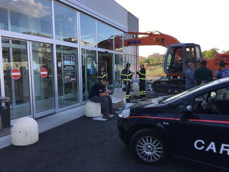 Banda escavatore fallisce assalto supermercato di Giarre