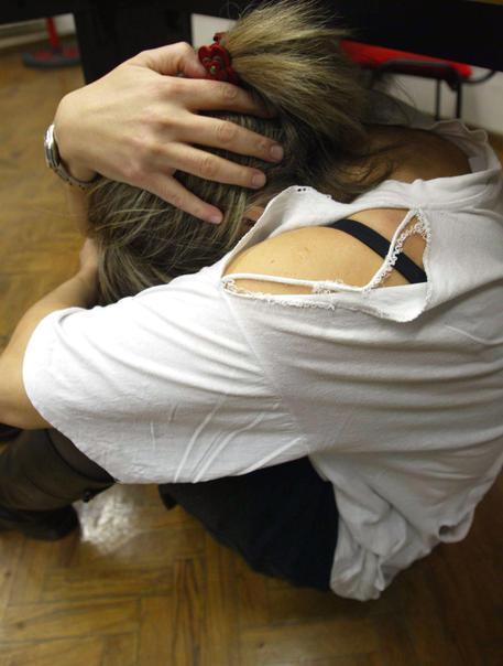 Tenta violenza sessuale su bambina, fermato 26enne