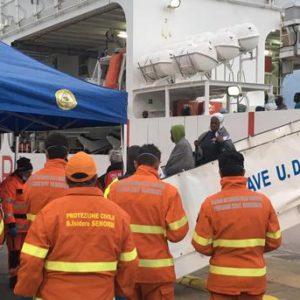 Sbarco a Catania nave con superstiti