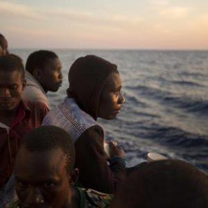 Migranti:a Pozzallo in 359,anche 3 morti