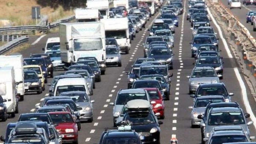Fisco, automobilisti nel mirino. Dal bollo ai carburanti: 73 miliardi di tasse sugli autoveicoli