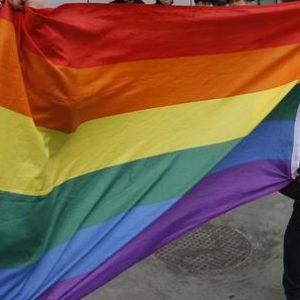 Minaccia la figlia per la relazione omosessuale, denunciata