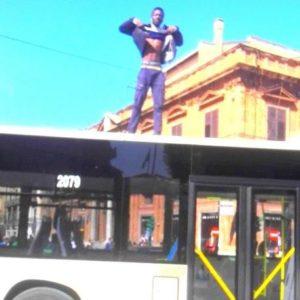 Palermo/ Migrante blocca bus e sale sul tetto