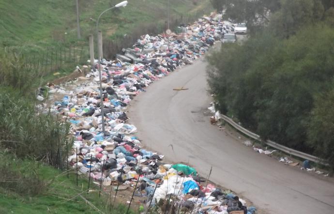 L'emergenza rifiuti mette in ginocchio i comuni siciliani, aumento Tari e bilanci a rischio