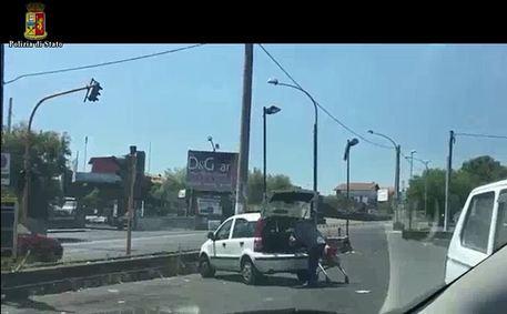 Catania/ Usavano l'auto di servizio per andare in villeggiatura