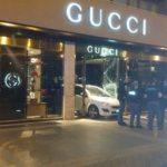 Palermo/ Sfondano con auto porta negozio Gucci
