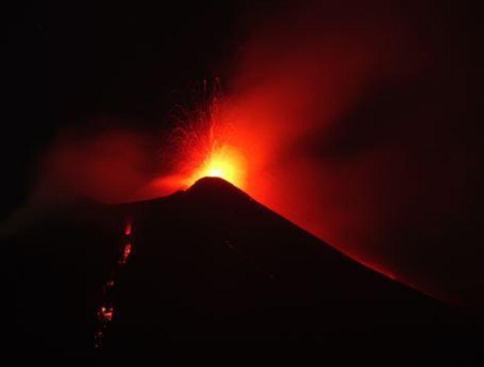 Etna in eruzione, lapilli e lava
