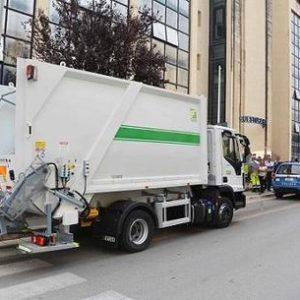 Ruba camion spazzatura, arrestato