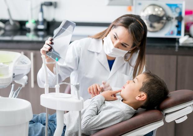 Attenzione ai denti dei bimbi, possibile campanello d'allarme anche per la celiachia