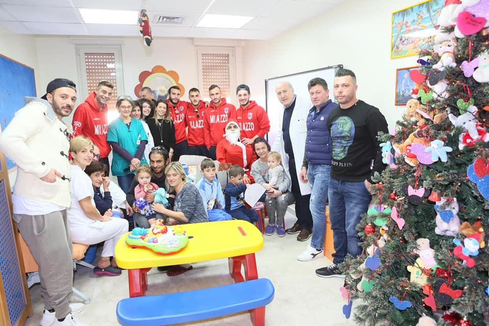 Gli auguri dei calciatori del Milazzo ai piccoli pazienti della pediatria del Fogliani