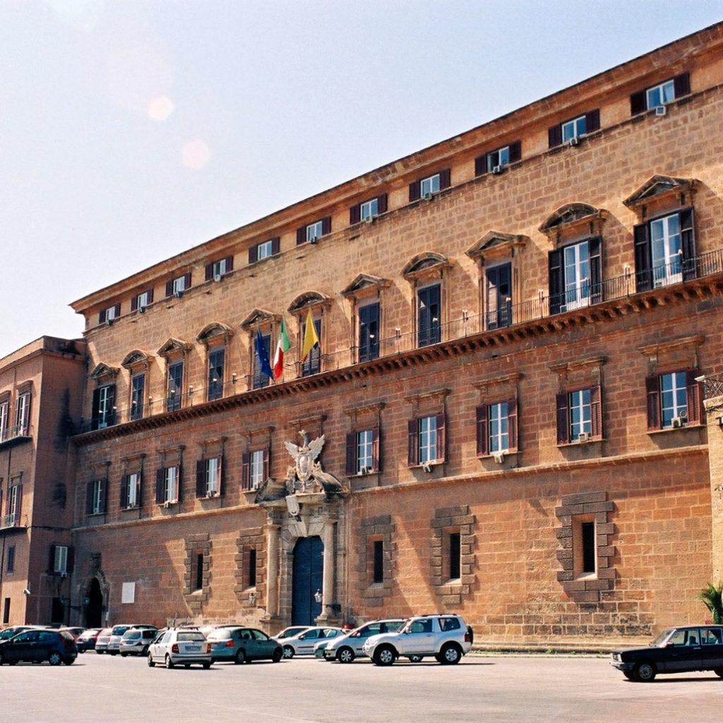 ARS: Stipendi e pensioni a parenti di ex deputati, mentre fuori dal palazzo….