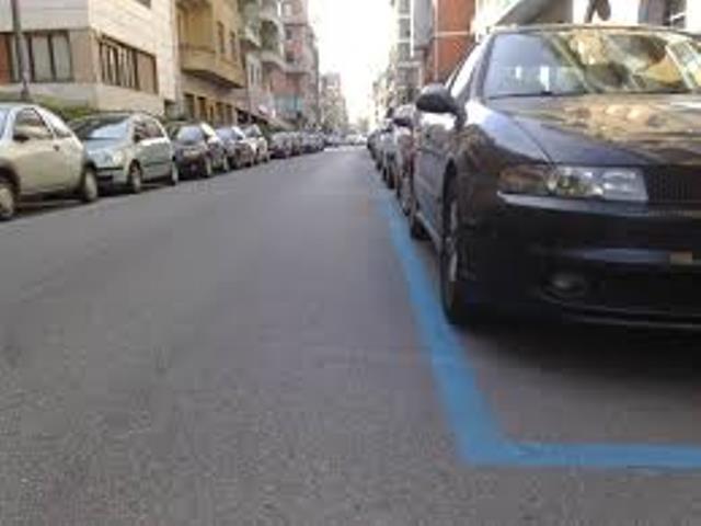 Le strisce blu diventano parcheggi a disco orario. Commercianti contenti, impiegati decisamente meno