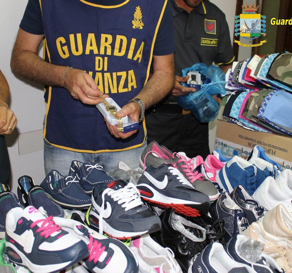 Castelvetrano, sequestrati capi contraffatti