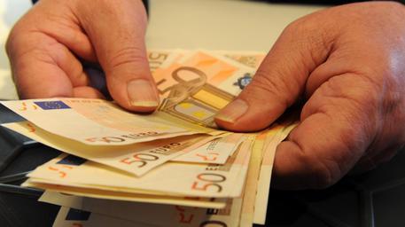 Avrebbero agevolato deputati Ars debitori del fisco, 9 indagati