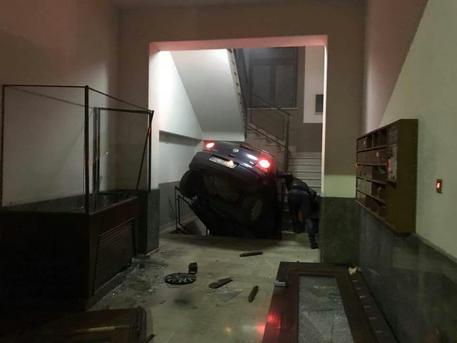 Palermo, Con l'auto irrompe in portineria