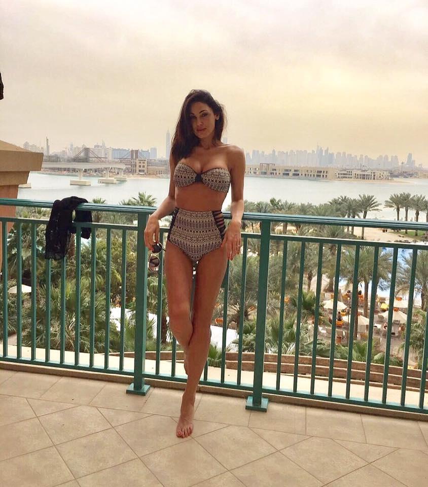 Anna Tatangelo, bikini esplosivo a Dubai per i 50 anni di Gigi D'Alessio