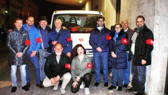 Il Sovrano Ordine Militare di Malta distribuisce pasti per i senzatetto della Stazione di Messina