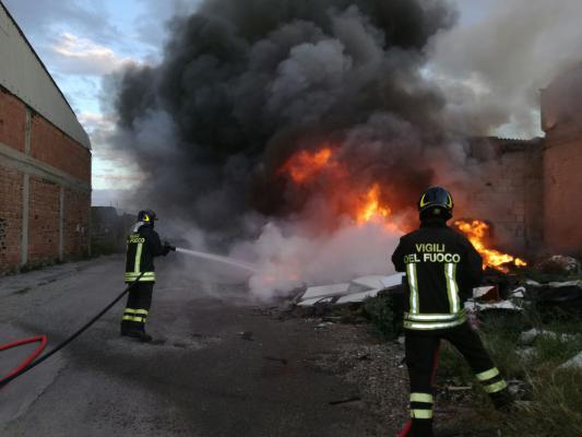 Violento incendio a Messina nell'area dell'inceneritore