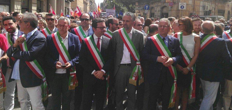 La protesta dei sindaci a Palermo per tagli ai trasferimenti e scioglimento dei consigli comunali