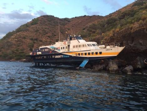 Eolie, i collegamenti marittimi tornano regolari e domani sarà prelevato l'aliscafo finito sugli scogli di Monte Rosa