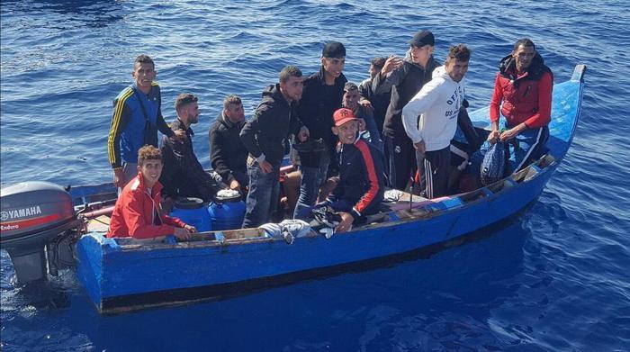 Migranti: 7 cadaveri su gommone verso l'Italia