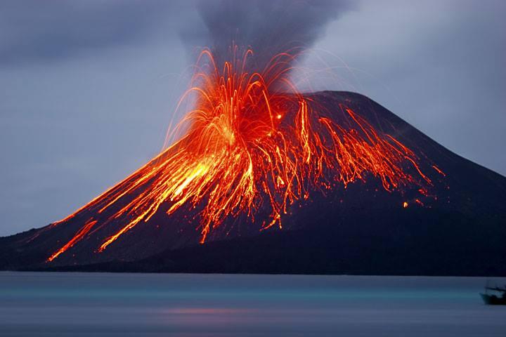 Stromboli, è allerta eruzione per il magico vulcano del Mediterraneo