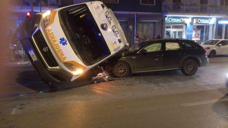 Incidenti stradali: scontro ambulanza auto a Palermo