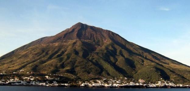 Stromboli, forte attività esplosiva  Turisti fermi: niente escursioni
