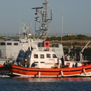 Migranti: motovedette Italiane salvano 290 persone