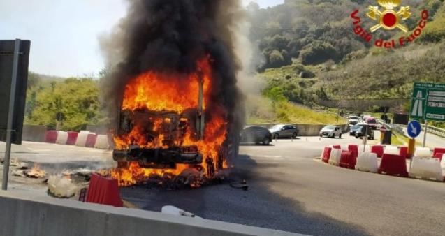 A fuoco a Messina compattatore dei rifiuti di Milazzo