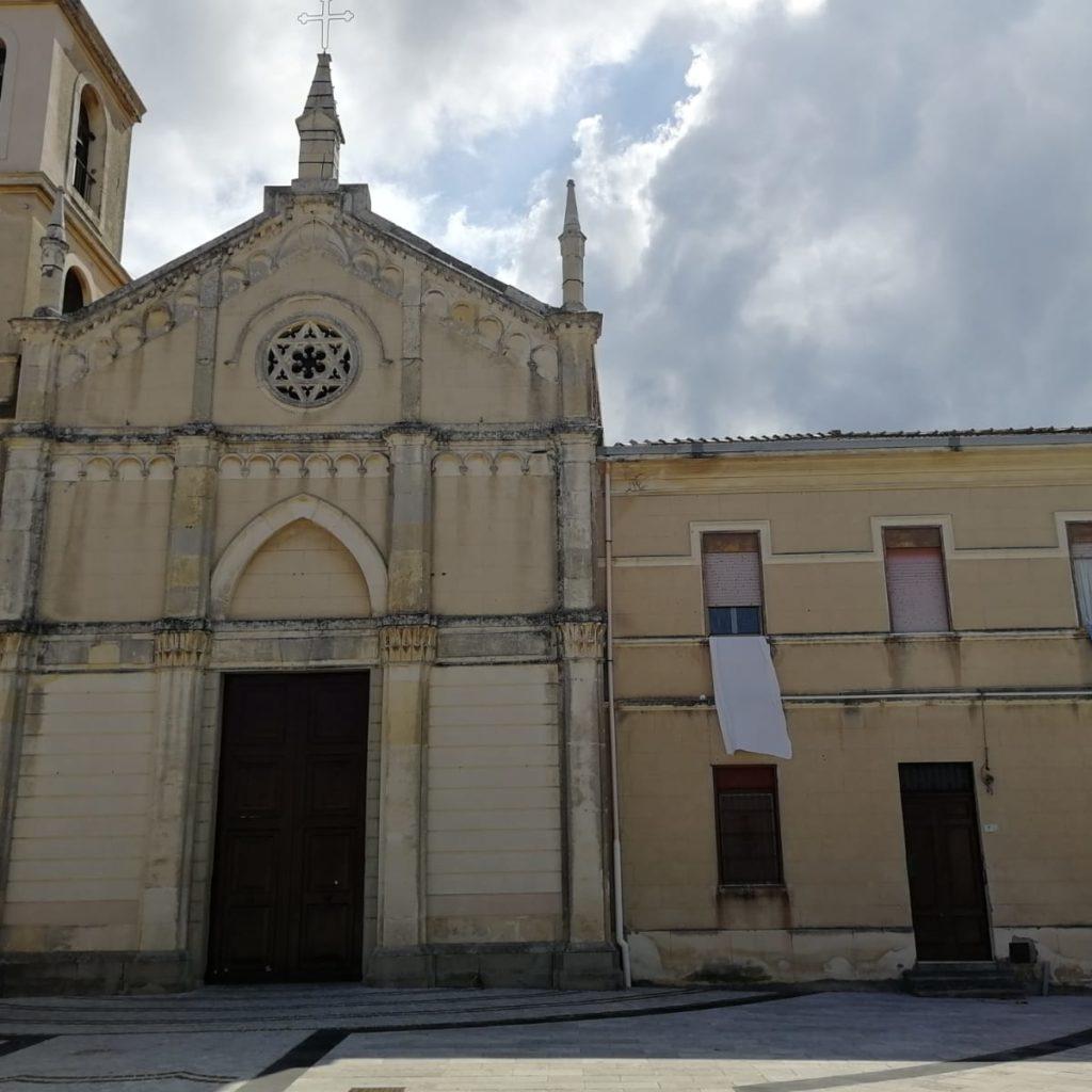 San Filippo del Mela, in paese esposti drappi bianchi in segno di unione e speranza