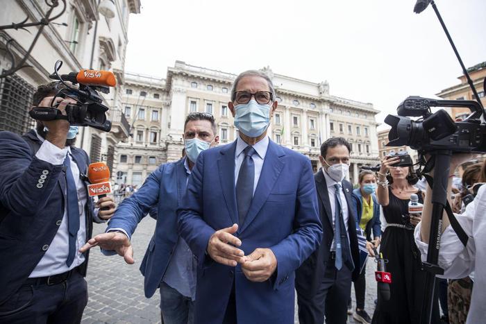 Coronavirus: Sicilia, mascherine anche all'aperto